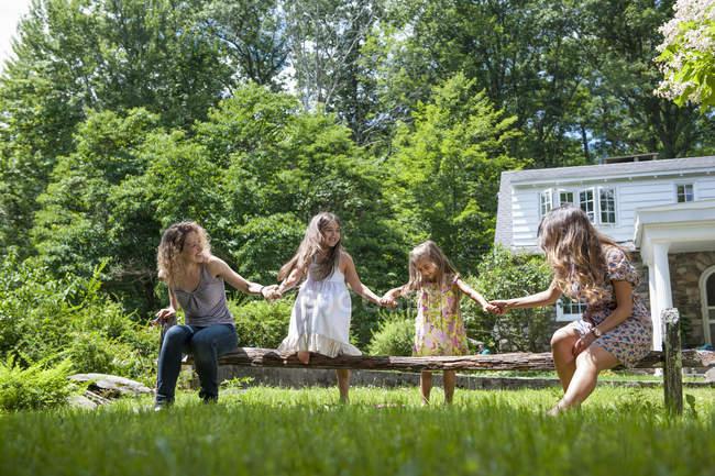 Famille jouant dans un jardin verdoyant en été . — Photo de stock