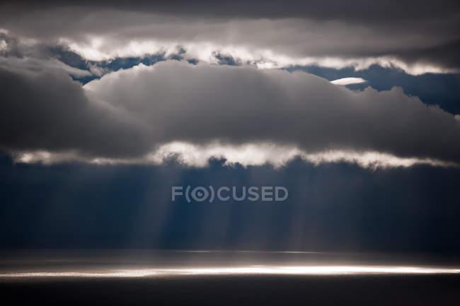 Luce solare che effluisce giù attraverso le nubi a Kamai National Park, Alaska, Usa — Foto stock