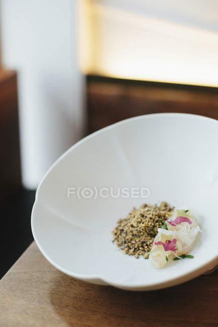 Закри автентичні штрафу їдальні стравою служила білі чаші в ресторані. — стокове фото