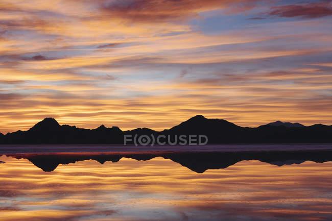 Schichten von Wolken reflektiert im seichten Wasser am Salzsee von Bonneville, Utah — Stockfoto