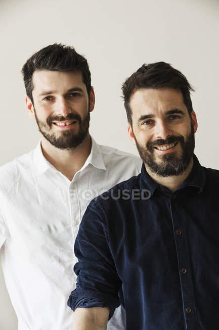 Портрет двух бородатый человек улыбается и смотрит в камеру. — стоковое фото