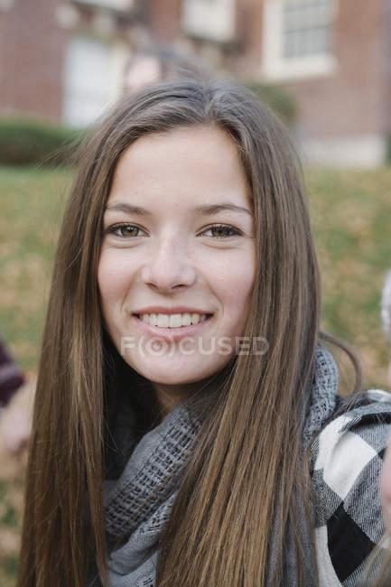 Портрет длинноволосой девочки-подростка в шарфе на открытом воздухе — стоковое фото