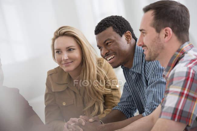 Небольшая группа людей, говорить во время встречи в офисе. — стоковое фото