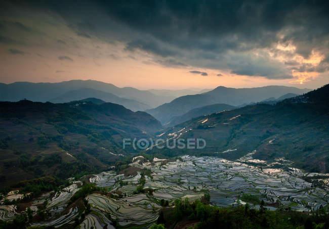 Vue aérienne de rizières en terrasses sous des nuages orageux à Yuanyang, en Chine — Photo de stock