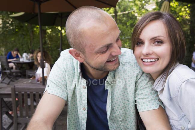 Пара сидіти разом в придорожньому кафе і дивлячись в камери. — стокове фото