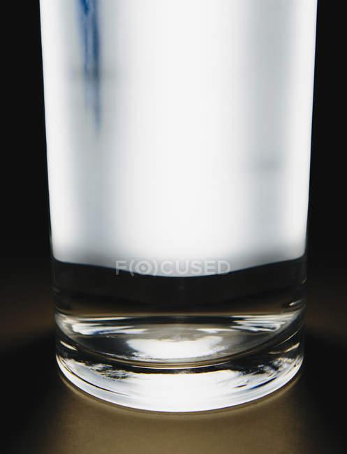 Luce che brilla attraverso il vetro di acqua filtrata . — Foto stock