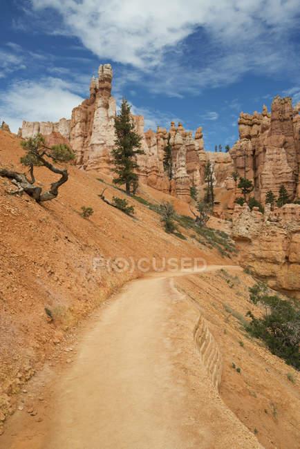 Пісковик стовпи і дороги через пустелі Брайс-Каньйон в США. — стокове фото