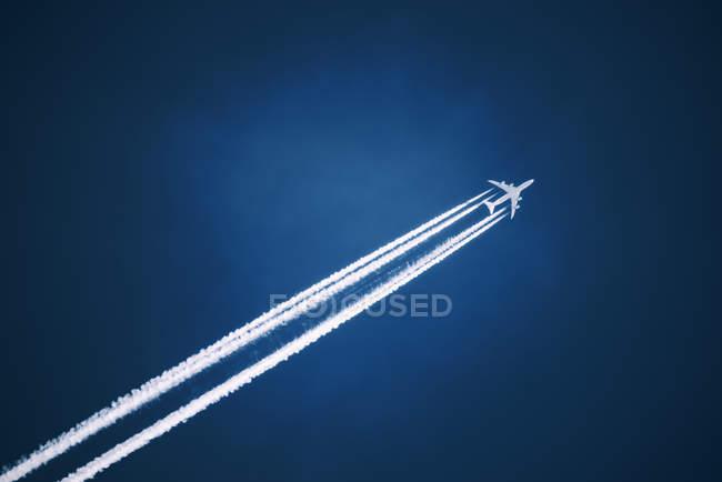 Sentiero di vapore jet bianco attraverso il cielo blu . — Foto stock