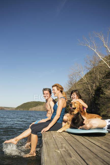 Собака-ретривер на пристани у озера . — стоковое фото