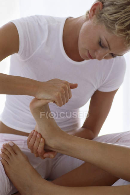 Frau mit weiblichen Fuß und massieren und Zehen. — Stockfoto