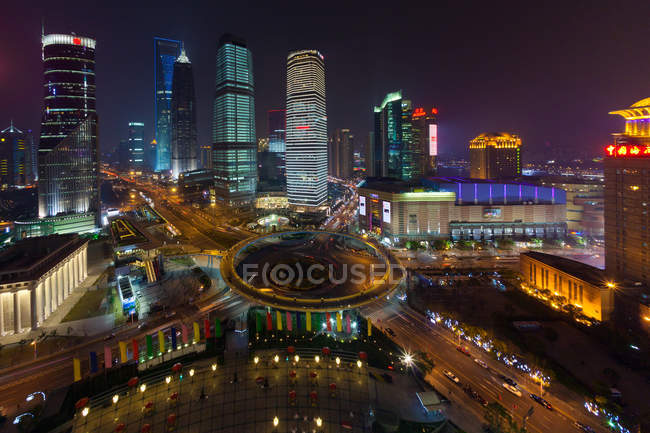 Lujiazui Traffic Circle with elevated pedestrian promenade at night in Shanghai, China — Foto stock