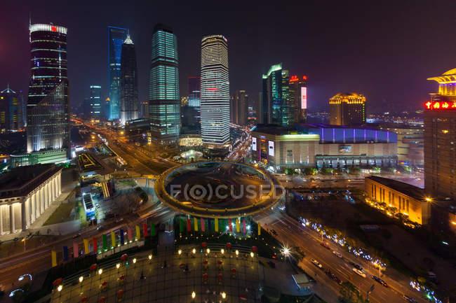 Lujiazui carrefour giratoire avec promenade piétonne surélevée dans la nuit à Shanghai, Chine — Photo de stock