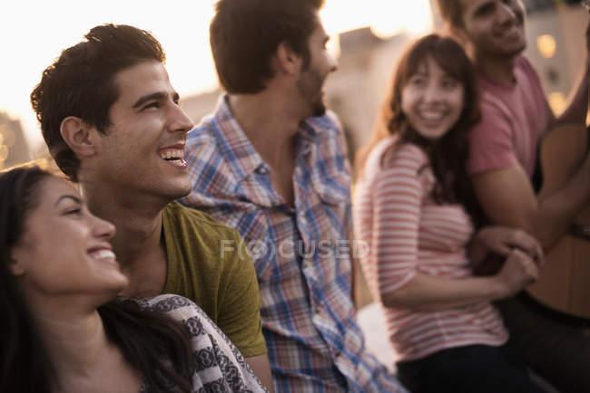 Groupe de gens traîner à toit fête avec des amis et de la guitare — Photo de stock