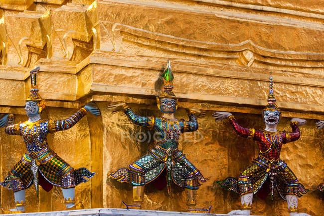 Detailansicht der Statuen an der Fassade des Großen Palastes, Bangkok, Thailand — Stockfoto