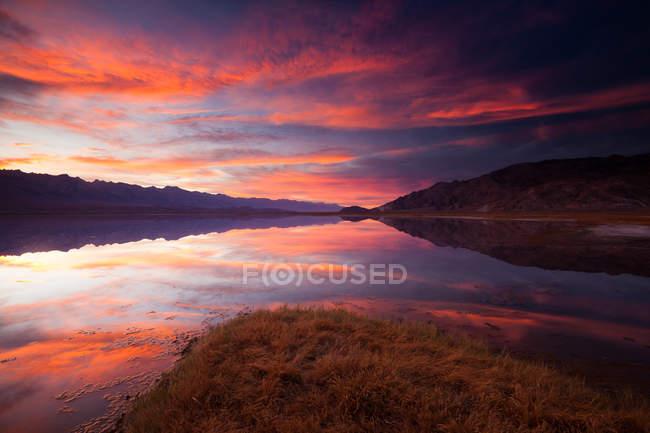 Cloudscape do sol cênico sobre lago Owens, Califórnia, EUA. — Fotografia de Stock