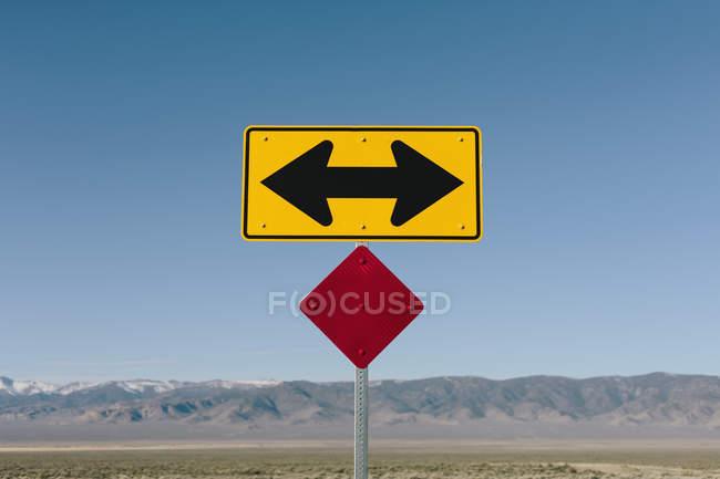 Направленная стрелка знак по сельской дороге возле Orovada, Невада, США. — стоковое фото