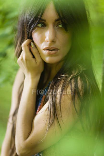 Портрет женщины с длинные каштановые волосы на открытом воздухе в лесу — стоковое фото