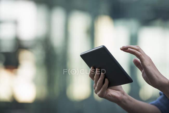 Primo piano delle mani femminili utilizzando tablet digitale in strada . — Foto stock