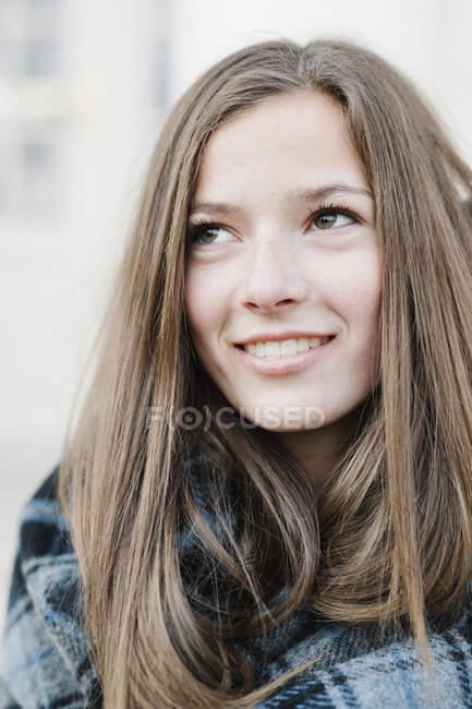 Giovane donna in tartan scialle scozzese all'aperto in inverno . — Foto stock