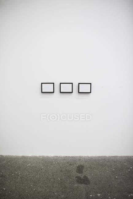 Drei Frames auf weißen Wand im Art studio. — Stockfoto