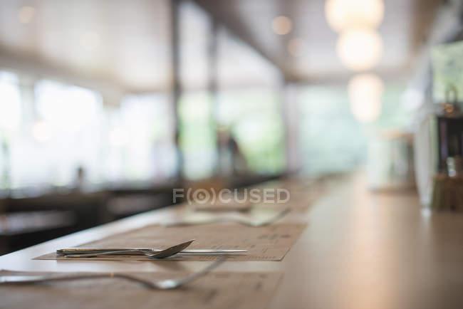 Leerer Tisch mit Besteck beim Abendessen serviert. — Stockfoto