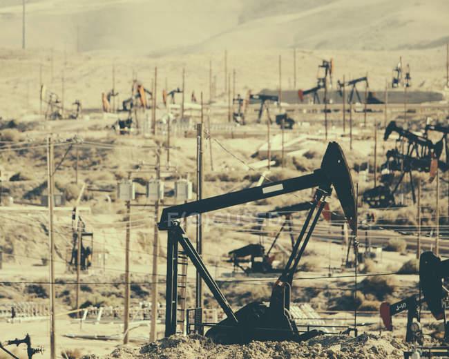 Pompes industrielles fonctionnant au champ pétrolifère Midway-Sunset en Californie, États-Unis — Photo de stock