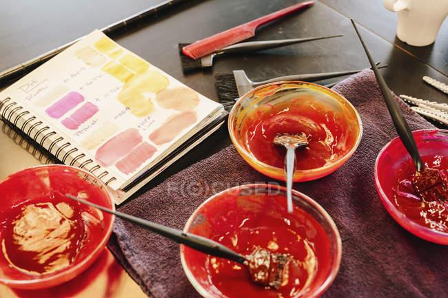 Pots de teintures capillaires et nuancier dans le salon de coiffure . — Photo de stock