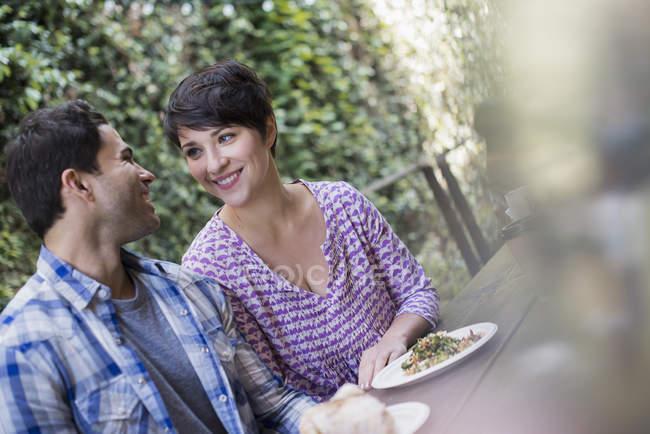 Paar in der Stadt Café sahen einander während der Mahlzeit. — Stockfoto