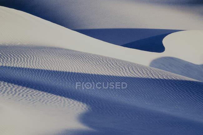 Mesquite Flat dune con reticolo naturale luce sulla sabbia, California, Stati Uniti d'America. — Foto stock