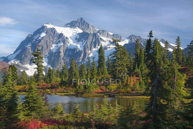 Mount Shucksan in North Cascade Range Mountains im Herbst. — Stockfoto