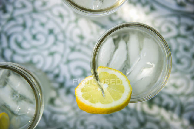 Top view of lemonade glasses with fresh slice of lemon. — Stock Photo