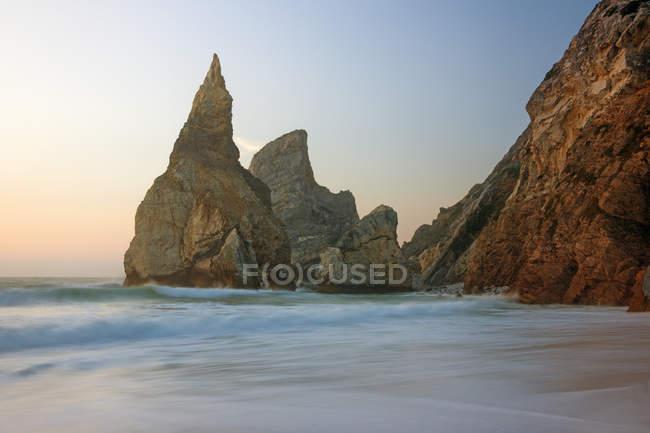 Plage d'Ursa sur la côte atlantique avec une formation rocheuse spectaculaire au Portugal . — Photo de stock
