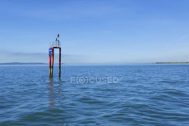 Structure de la bouée de navigation en eau de mer — Photo de stock