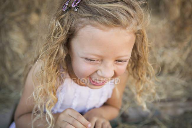 Закри елементарних вік дівчини сміятися в сарай. — стокове фото