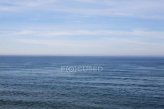 Scène côtière de l'eau par Big Sur rive à la côte californienne . — Photo de stock