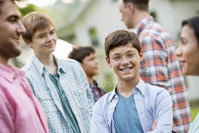 Gruppo di adulti e adolescenti alla festa estiva in giardino . — Foto stock