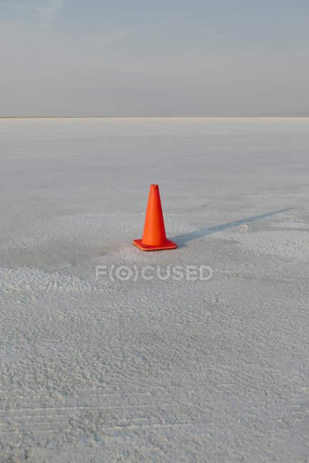 Marcador de veículo de cone de tráfego único em apartamentos de sal em Bonneville, Utah, EUA — Fotografia de Stock