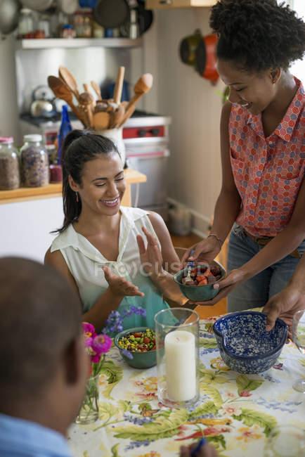 Группа друзей делится ужином в интерьере загородной кухни . — стоковое фото