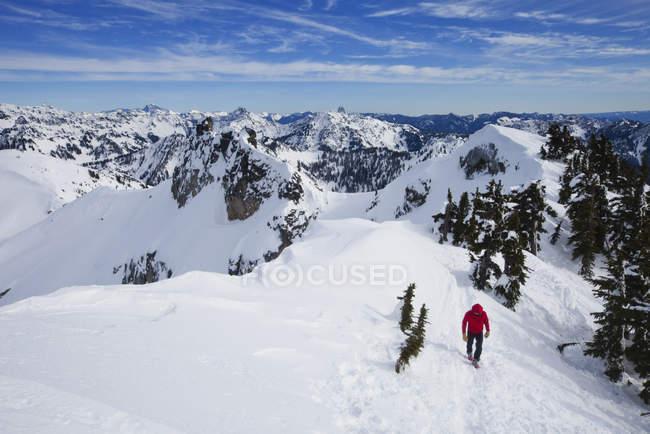 Homme grimpeur sur le sommet du pic Snoqualmie à Cascades chaîne de montagnes dans l'État de Washington, États-Unis . — Photo de stock
