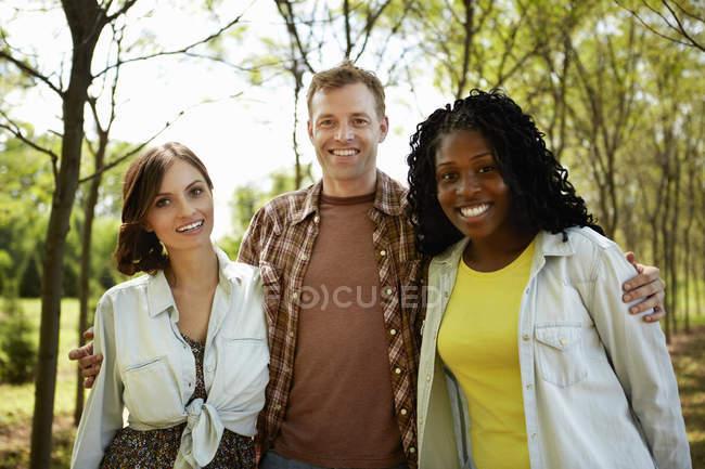 Молодих друзів, постановка на країна шлях влітку. — стокове фото