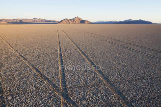 Marcas de pneu e faixas no sal playa pan a superfície do deserto de Black Rock, Nevada. — Fotografia de Stock