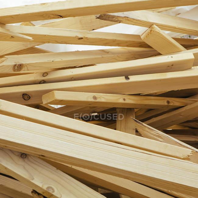 Haufen Holzbolzen für den Bau, Vollrahmen — Stockfoto