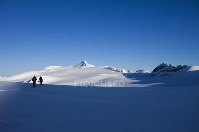 Zwei Skifahrer am Hang in bergige Landschaft Wapta Traverse in den Rocky Mountains, Kanada — Stockfoto