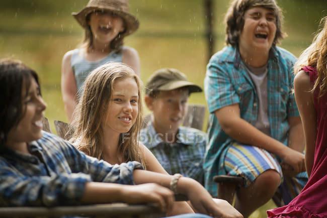 Groupe d'adolescents et d'enfants rire dans campagne — Photo de stock