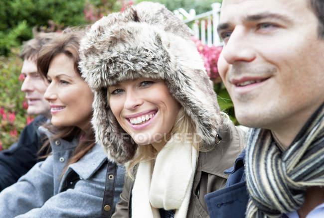 Чотири людей на вулиці в пальто і шарфи. — стокове фото