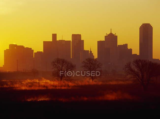 Orizzonte di Dallas ad alba con il lago, Stati Uniti d'America — Foto stock