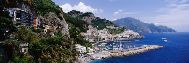 Прибрежный город Амальфи в Италии, Европе — стоковое фото