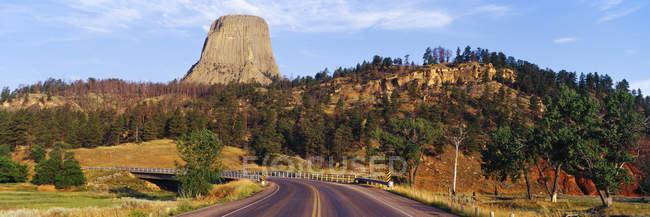Route à devils Tower traversant la rivière Belle Fourche dans le Wyoming, Etats-Unis — Photo de stock
