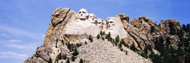 Vista de bajo ángulo del Monte Rushmore, Dakota del Sur, Estados Unidos - foto de stock