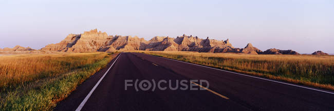 Road in Badlands National Park with mountains, South Dakota, USA — Foto stock